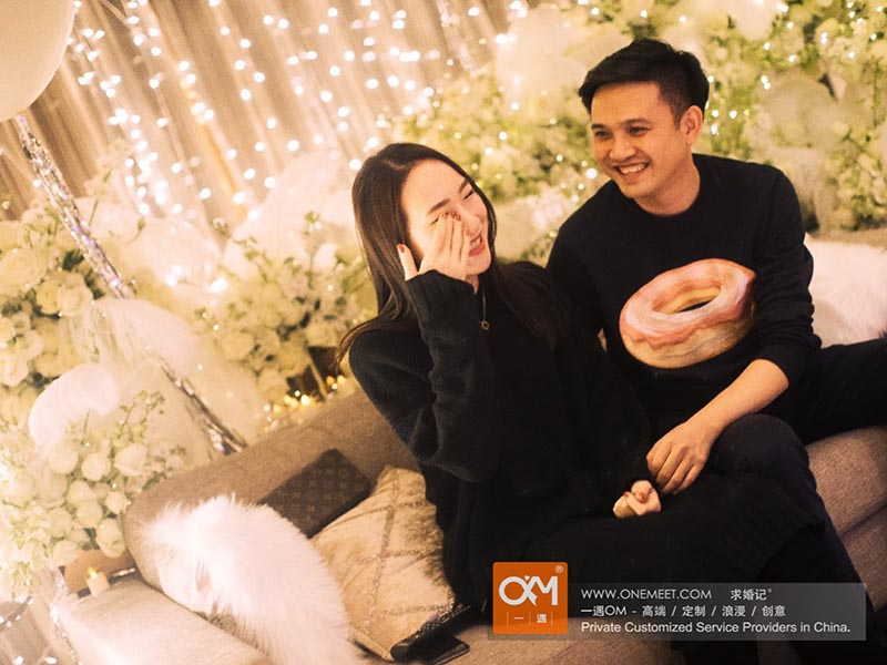 <a href='https://www.onemeet.com/method/langmanqiuhun'>浪漫求婚</a><a href='https://www.onemeet.com'>求婚方式</a>五步走 男生向女生求婚必须了解的浪漫技巧?